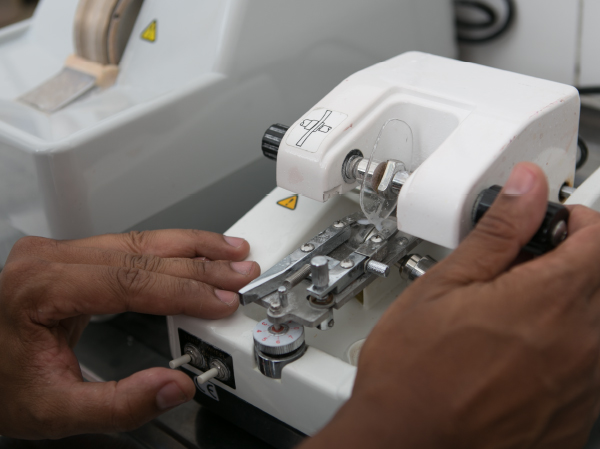 e46fa4711 Copia o formato da armação para a preparação do corte das lentes.